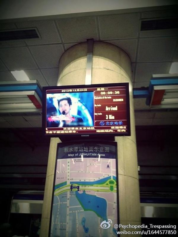 @glam_alidol via Weibo: ADAM LAMBERT's image in the Beijing China subway!... http://fb.me/yHiGsQt0