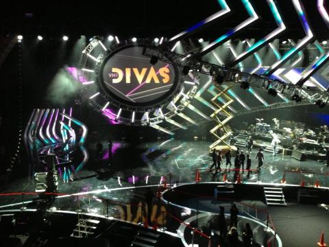 VH1 DIVAS 7hSetting up for #VH1DIVAS! Here's your first look at the stage: pic.twitter.com/JZJQ6AJy