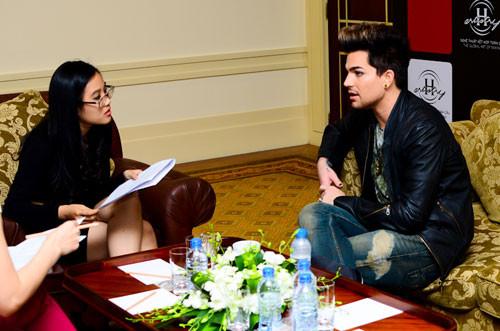 From @VioCharlie: So this's me, interviewin @adamlambert. He's simply amazin and so hottttttt! lol Can't wait 4 the concert tmr.