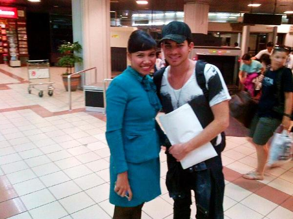 @LavenderFlo: Pretty Adam at Bali airport! Holding our gift :) RT: laanila: Aku dpt fto bareng adam lambert haahhahah http://lockerz.com/s/273792216Gift was Balinese traditional head cloth. For all of them.