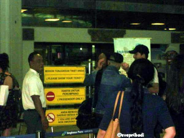 @everpribadi via @AdamLambert_INA: Sauli & Adam at the Bali airport on their way to Vietnam (from earlier). http://pic.twitter.com/CuA5Q3LB