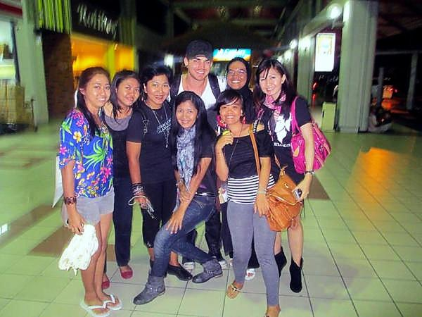 @AdamLambert_INA: Indonesian Glamberts finally met Adam Lambert in Bali airport!!! #TheBestDay http://pic.twitter.com/gwfCkGLY