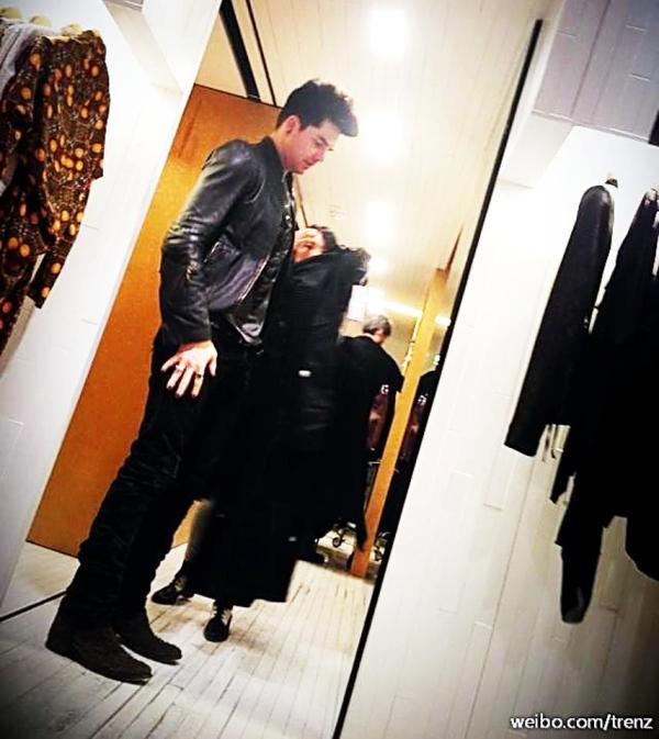 Photo of ADAM LAMBERT Shopping in Hong Kong China Yesterday by trenz on Weibo.http://ww2.sinaimg.cn/large/625c1018jw1e2g1d8o9xlj.jpg