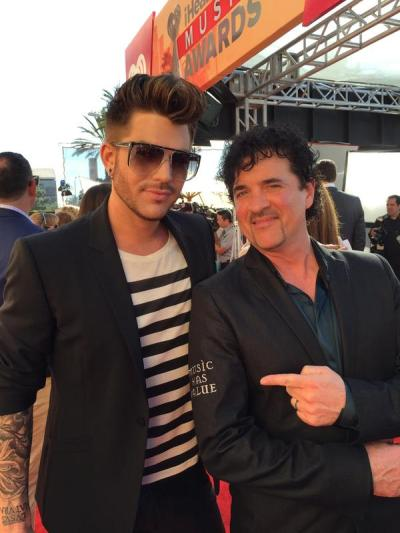 @scottborchetta: IDOL IN THE HOUSE! @adamlambert STYLIN' & GETTING DROPPING NEW MUSIC SOON! @AmericanIdol