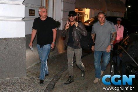 Adam Lambert e Brian May chegando em hotel na Zona Sul (AgNews)